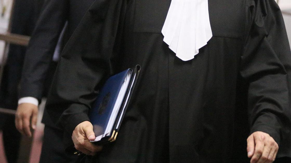 Судья идет с папкой в руках