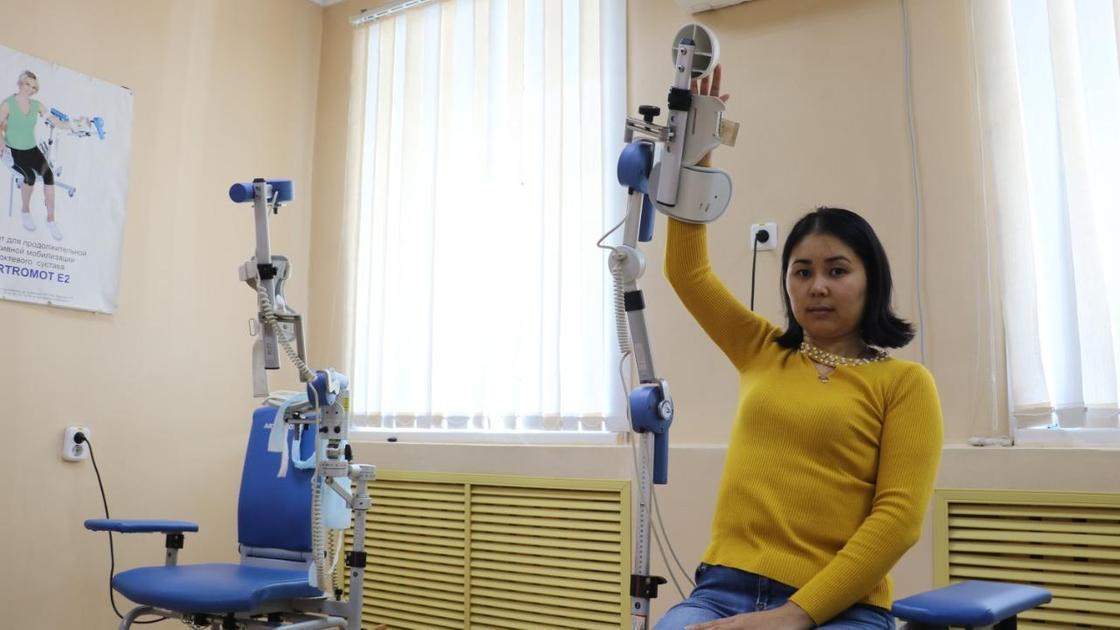 Женщина на реабилитационном аппарате