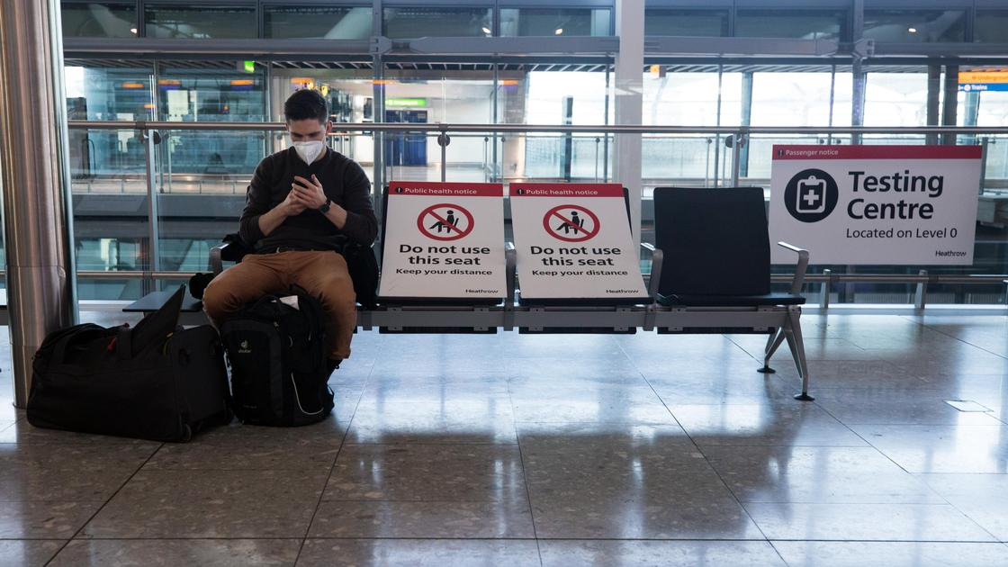 Мужчина сидит в зале ожидания