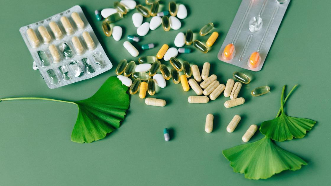 Витамины на зеленом столе