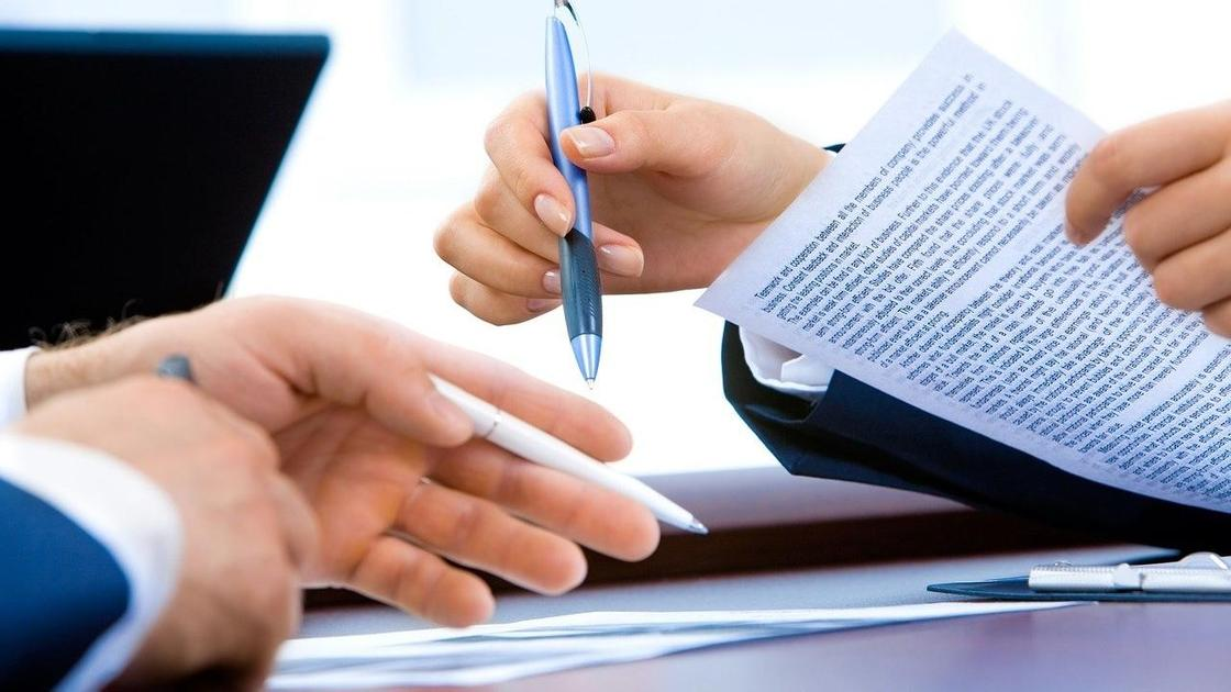 Мужчины подписывают договор
