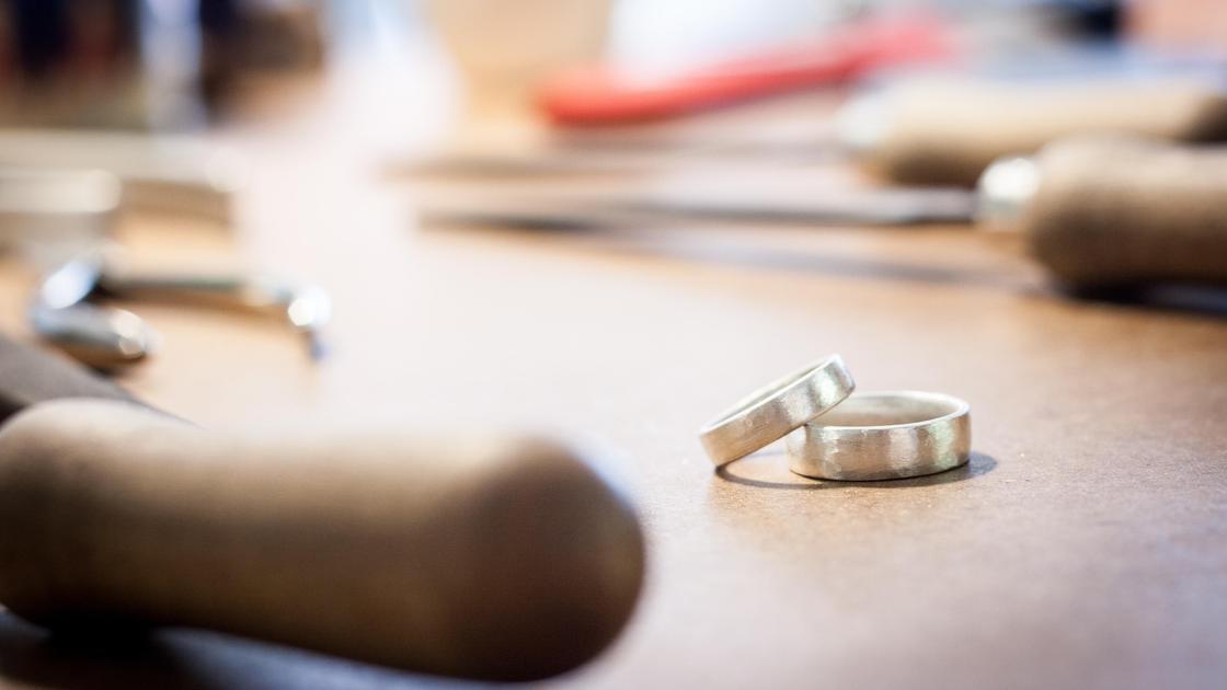 Обручальные кольца в ювелирной мастерской
