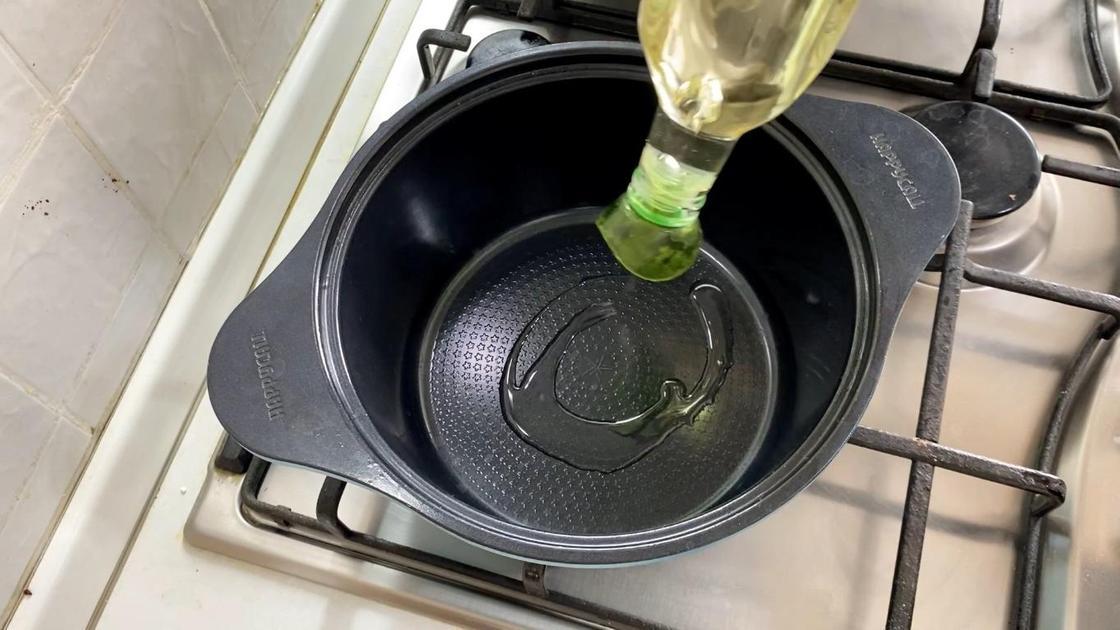 Выливание масла в кастрюлю