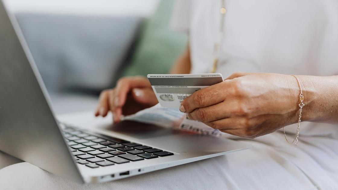 Банковская карта в руках у женщины