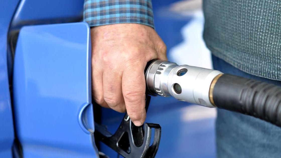 Мужчина заправляет автомобиль топливом