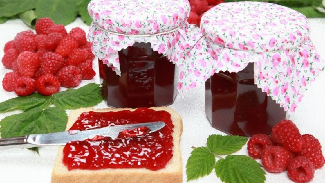 Малиновое варенье в баночках и на хлебе, свежие ягоды