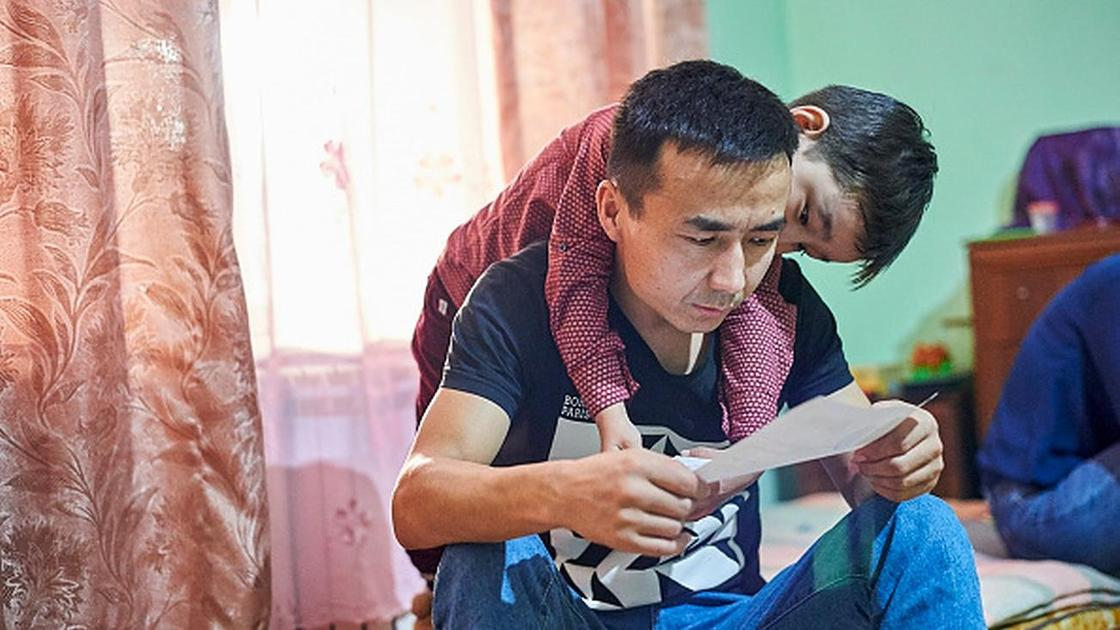 Сын обнимает отца со спины
