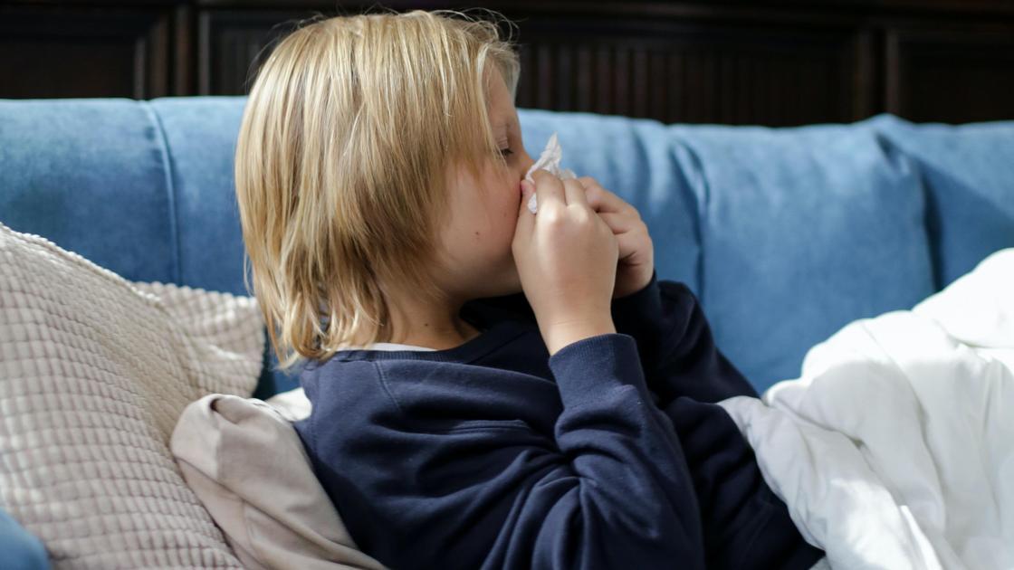 Больной мальчик лежит на диване
