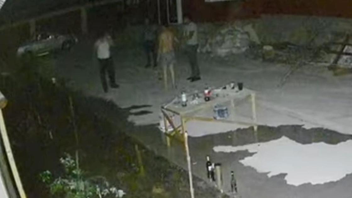 Мужчины стоят во дворе дома