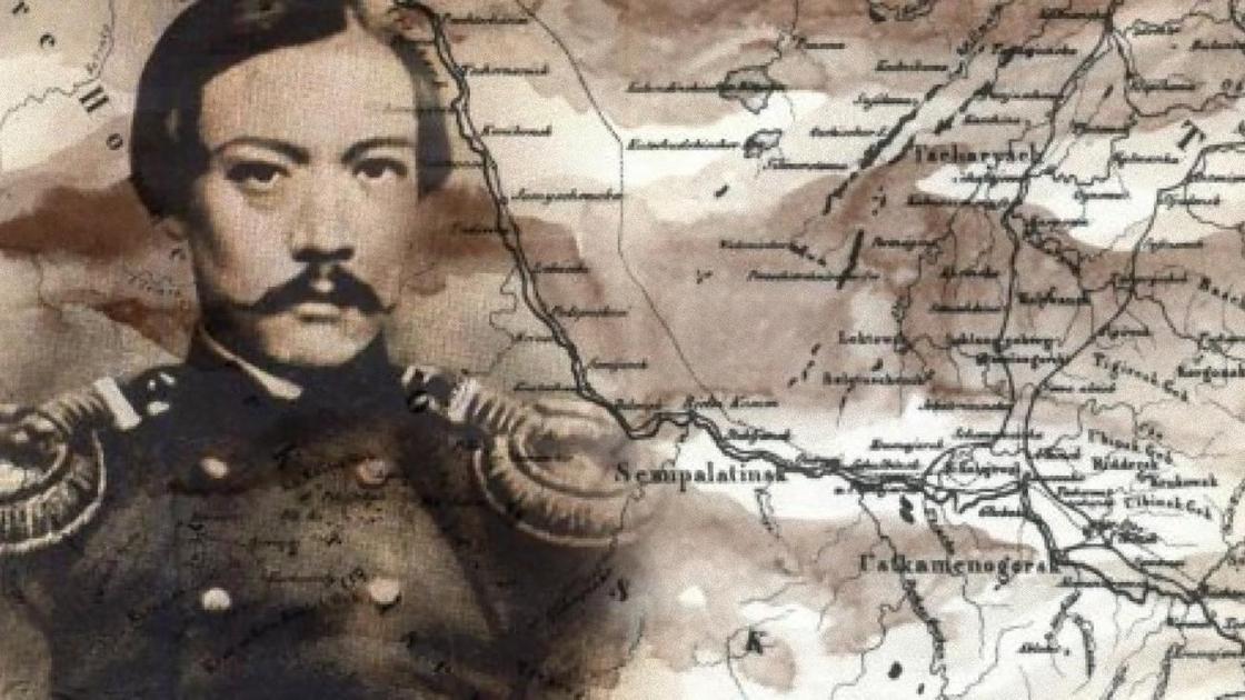 Шокан Уалиханов на фоне карт