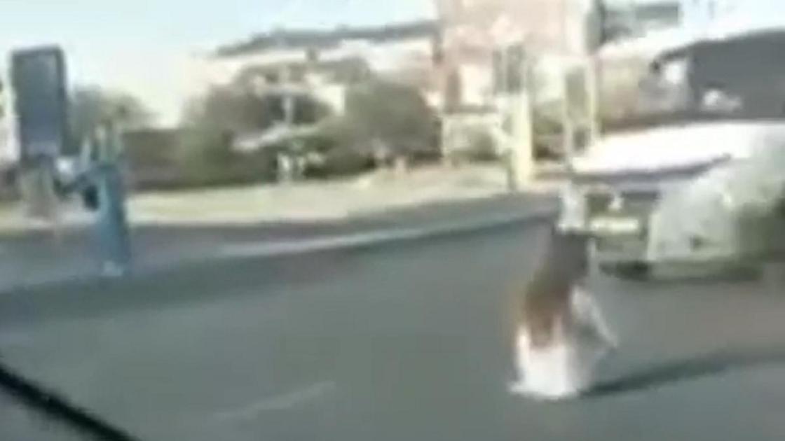Девушка сидит на дороге