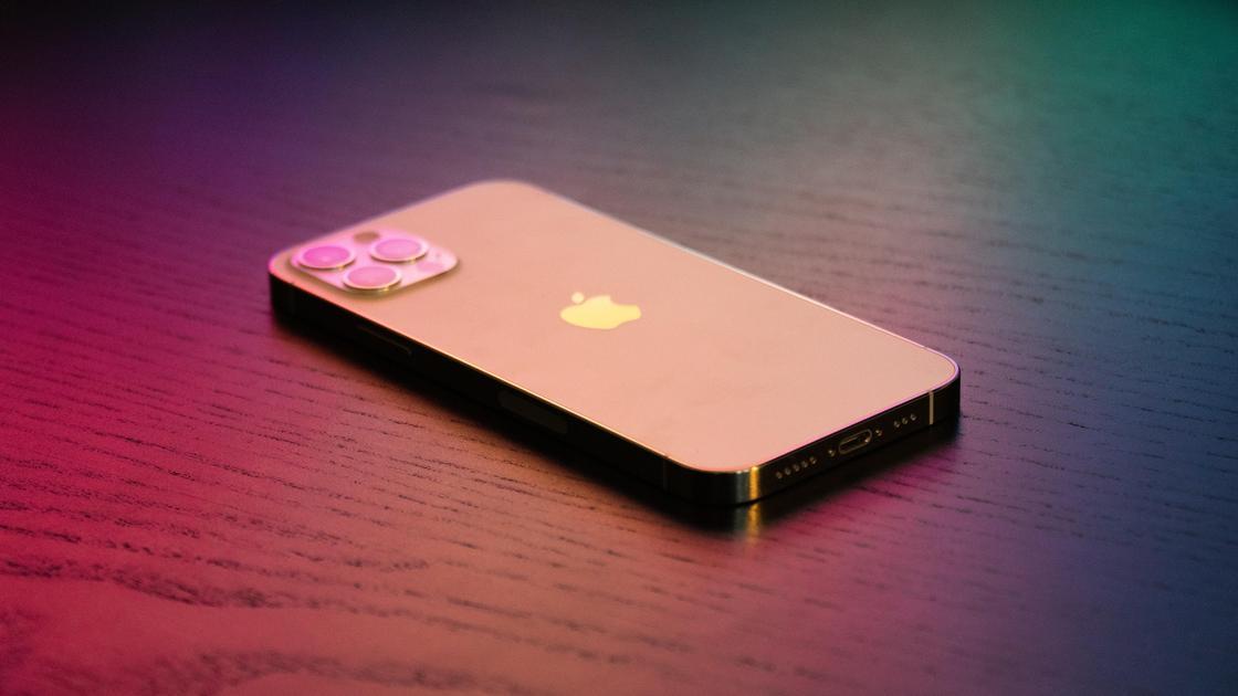 Смартфон Apple на столе