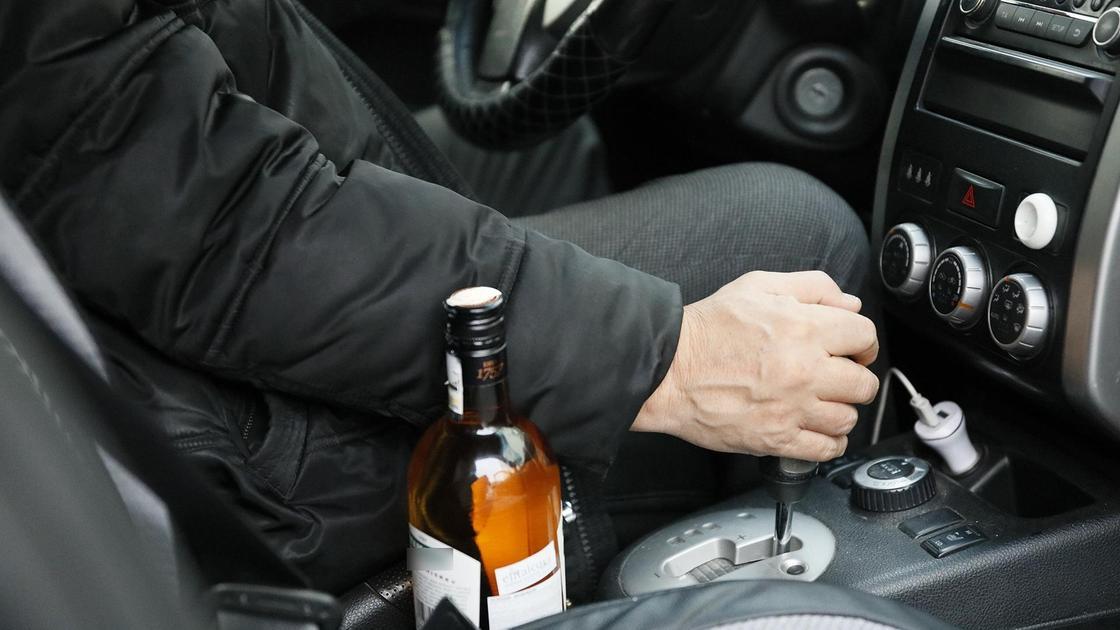Водитель везет алкоголь в машине