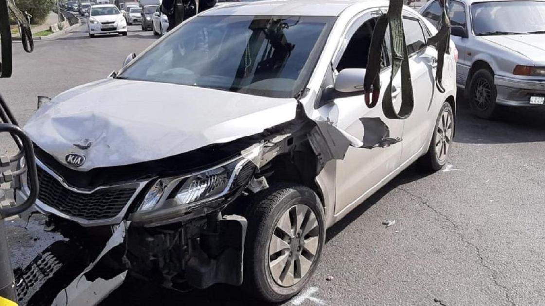 Разбитая машина стоит на дороге