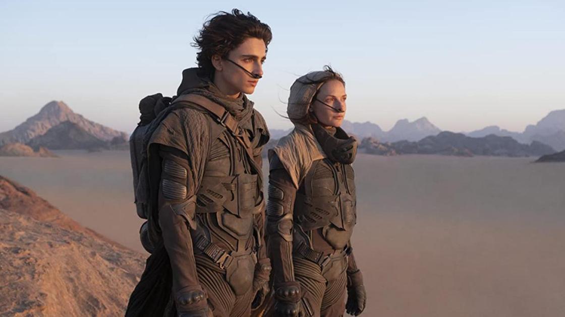 Кадр из фильма «Дюна». Парень и девушка стоят в пустыне