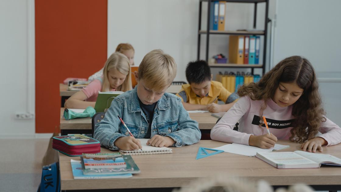 Дети сидят на уроке