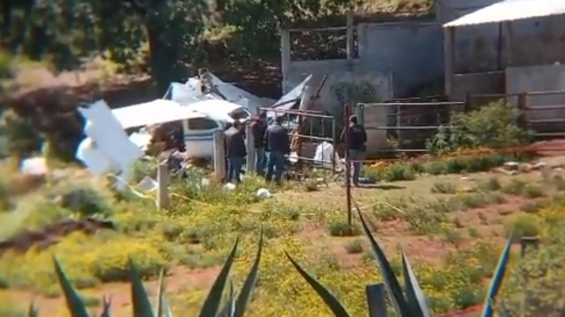 разбитый самолет лежит на поле