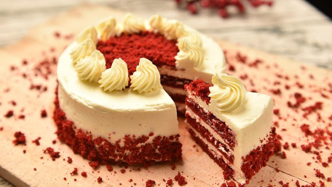 Торт «Красный бархат»: целый с кусочком на столе