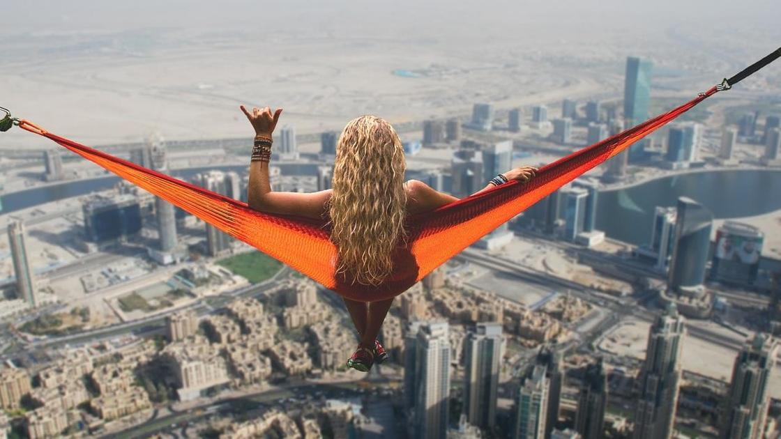 девушка в гамаке на фоне Дубая
