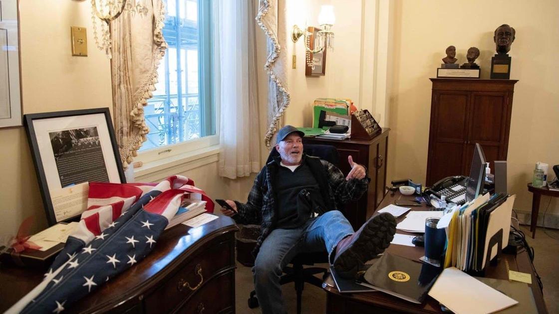 Сторонник Трампа в кабинете спикера Палаты представителей Нэнси Пелоси
