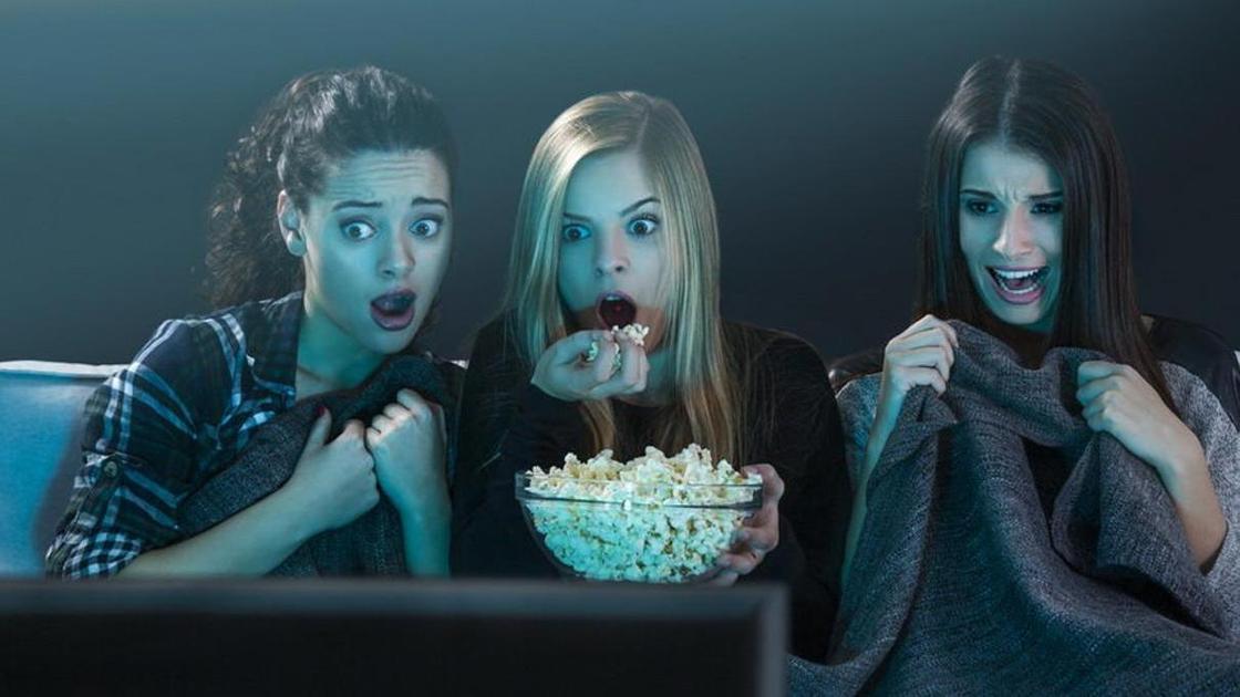 Девушки за просмотром фильмов ужасов