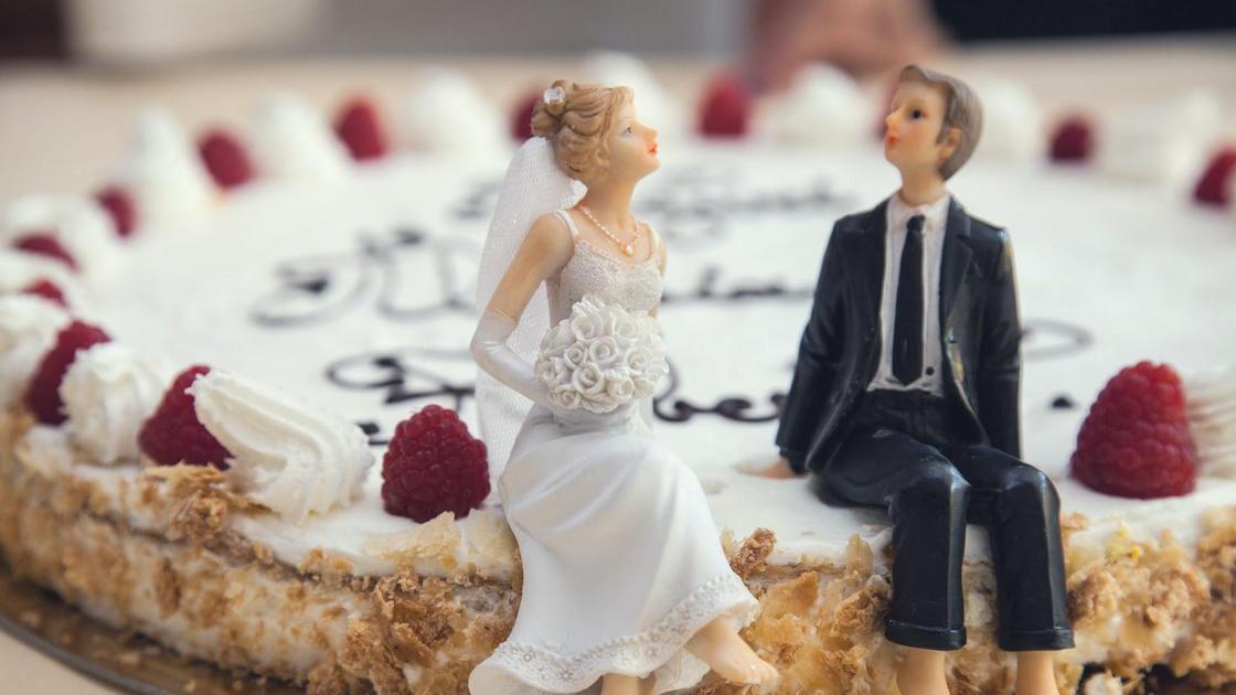 Игрушечные жених и невеста на свадебном торте
