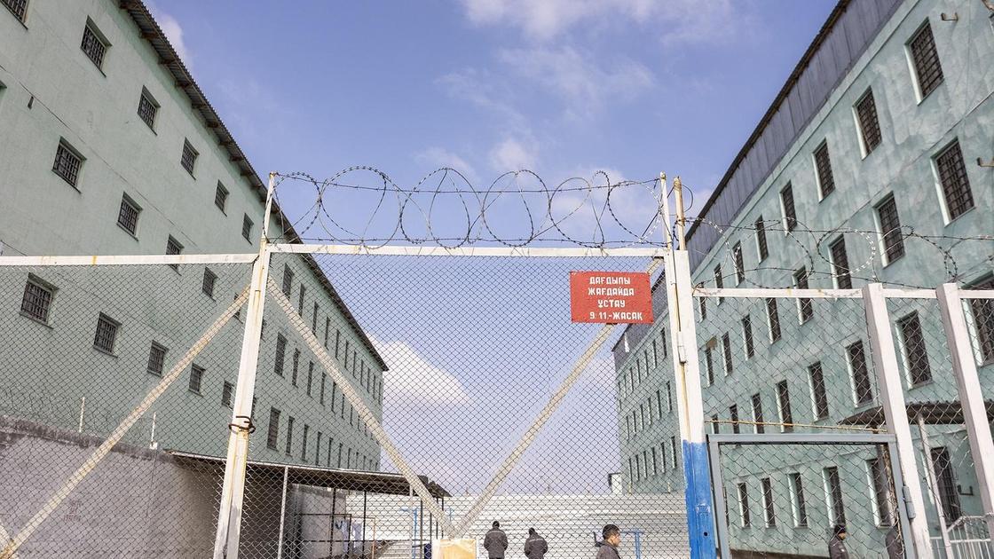 Ворота с колючей проволокой в тюрьме