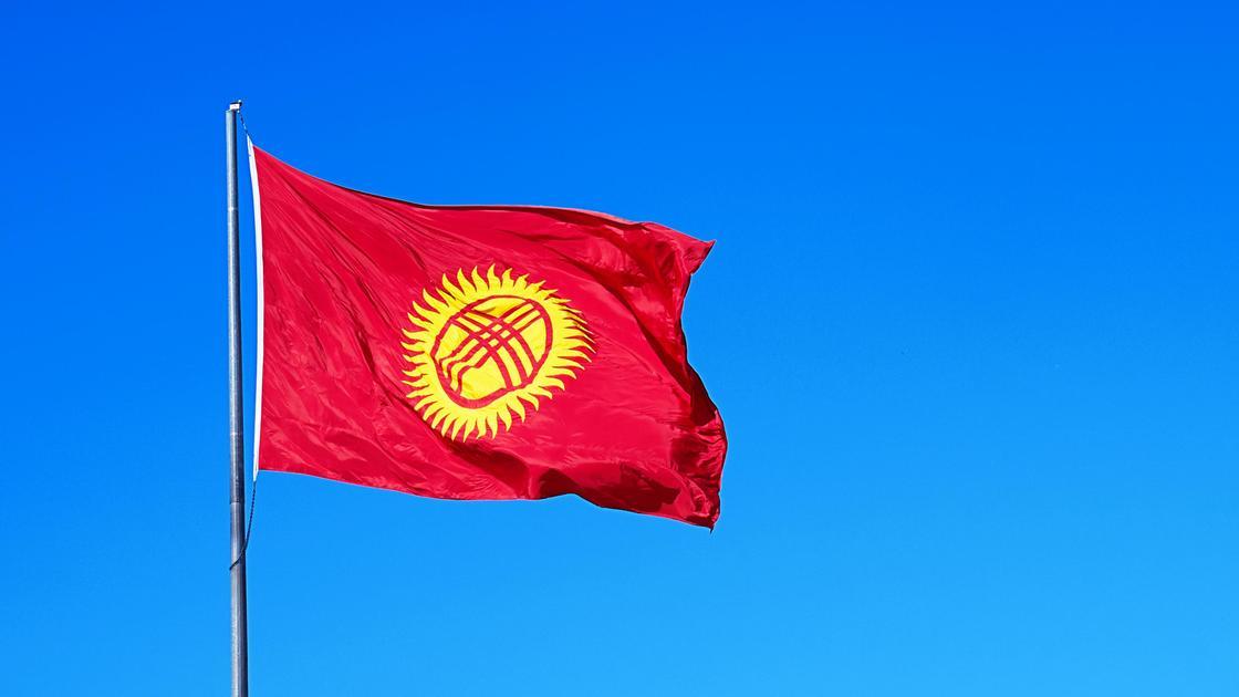 Флаг Кыргызстана на фоне неба