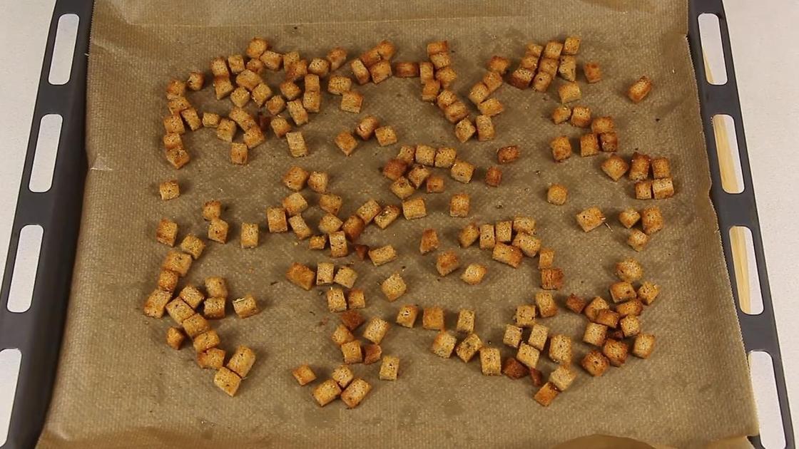 Хлебные кубики подсушиваются в духовке