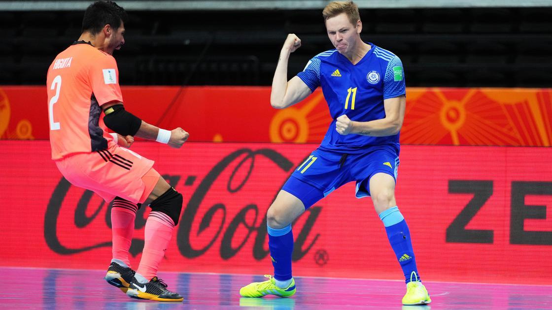 Арнольд Кнауб (справа), игрок сборной Казахстана по футзалу