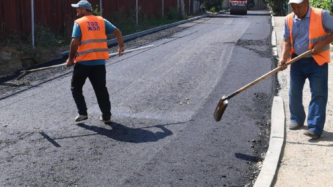 рабочие ремонтируют дорогу