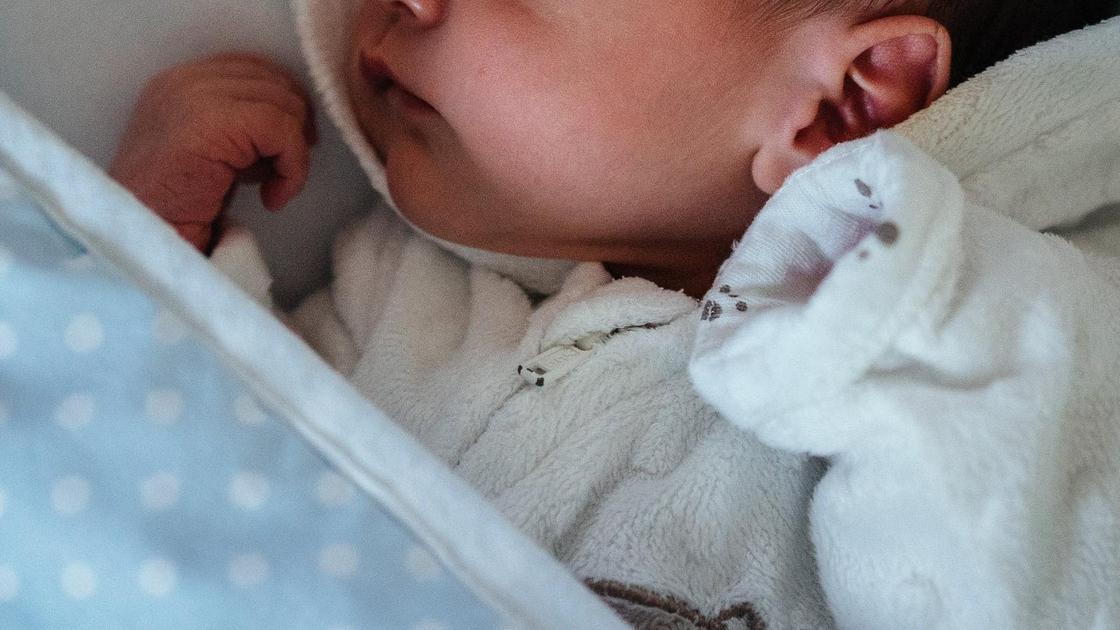 Младенец лежит в одеяле