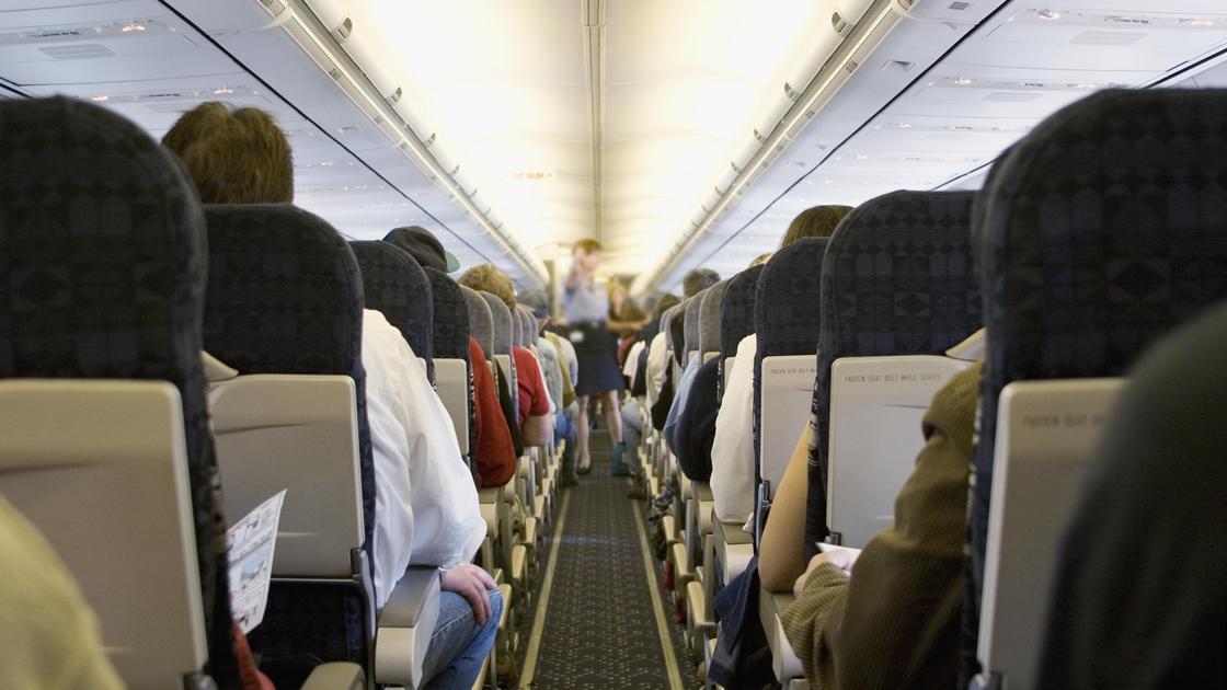 Пассажиры сидят в самолете