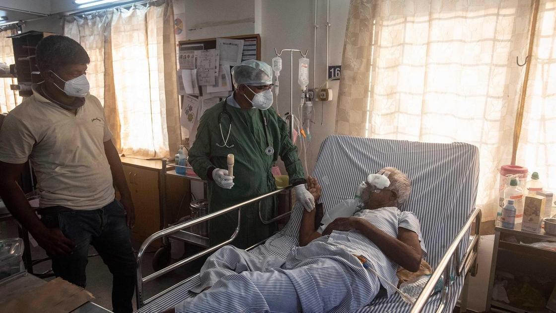 Врач осматривает пациента с мукормикозом