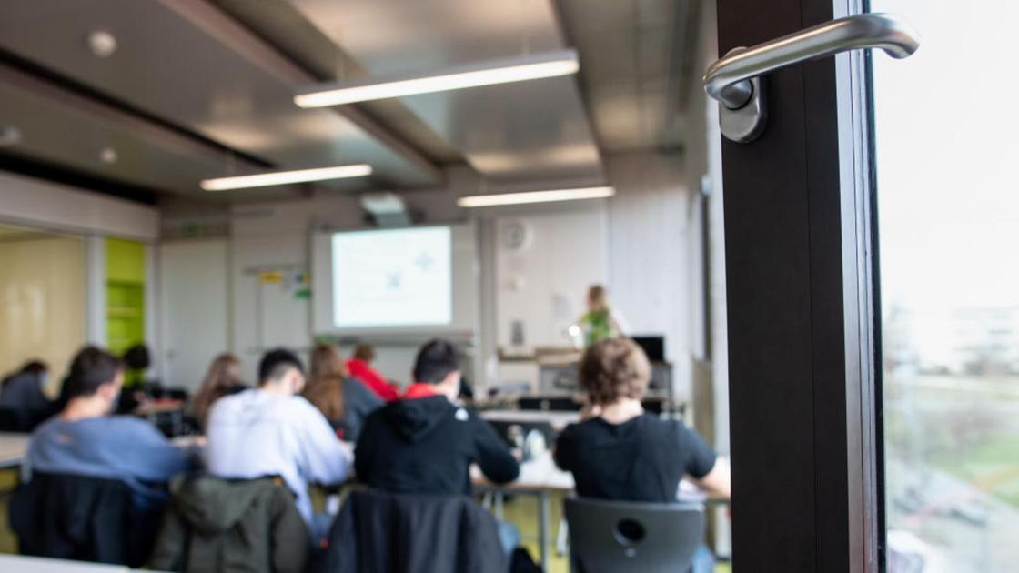 Студенты сидят в аудитории на занятиях