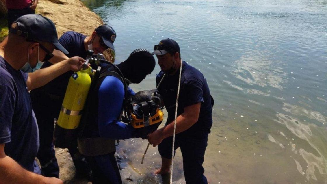 Спасатели у водоема