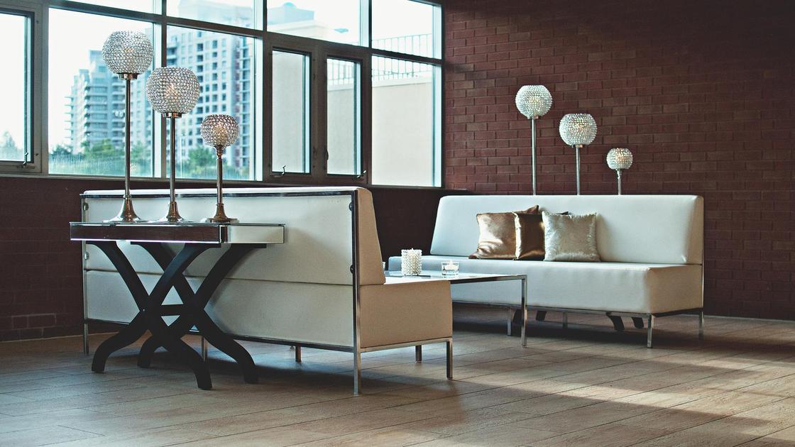 Два дивана стоят в гостиной квартиры