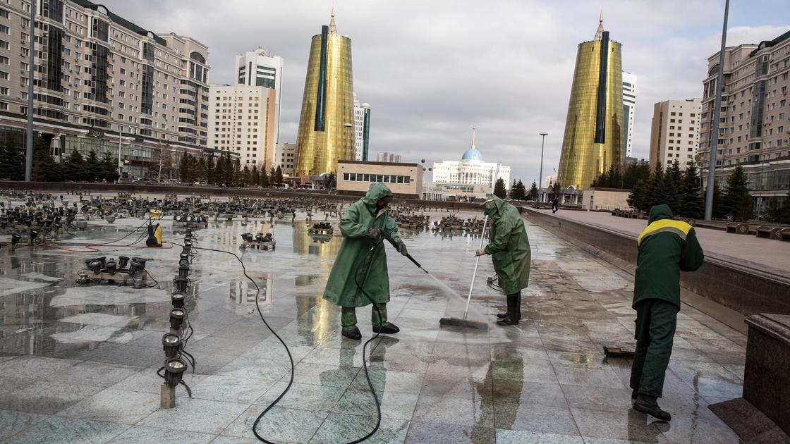Работники моют фонтан