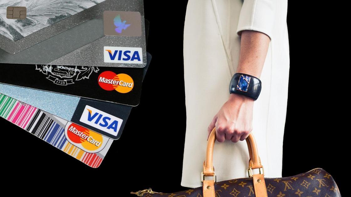 Кредитные карты и девушка с сумкой