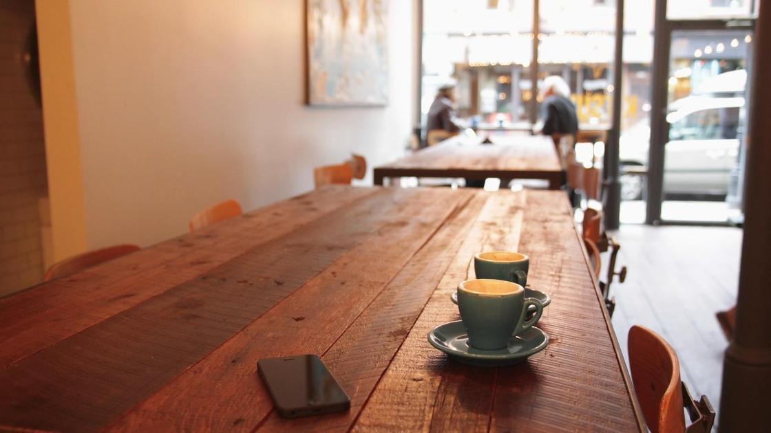 Чашки кофе стоят на столе