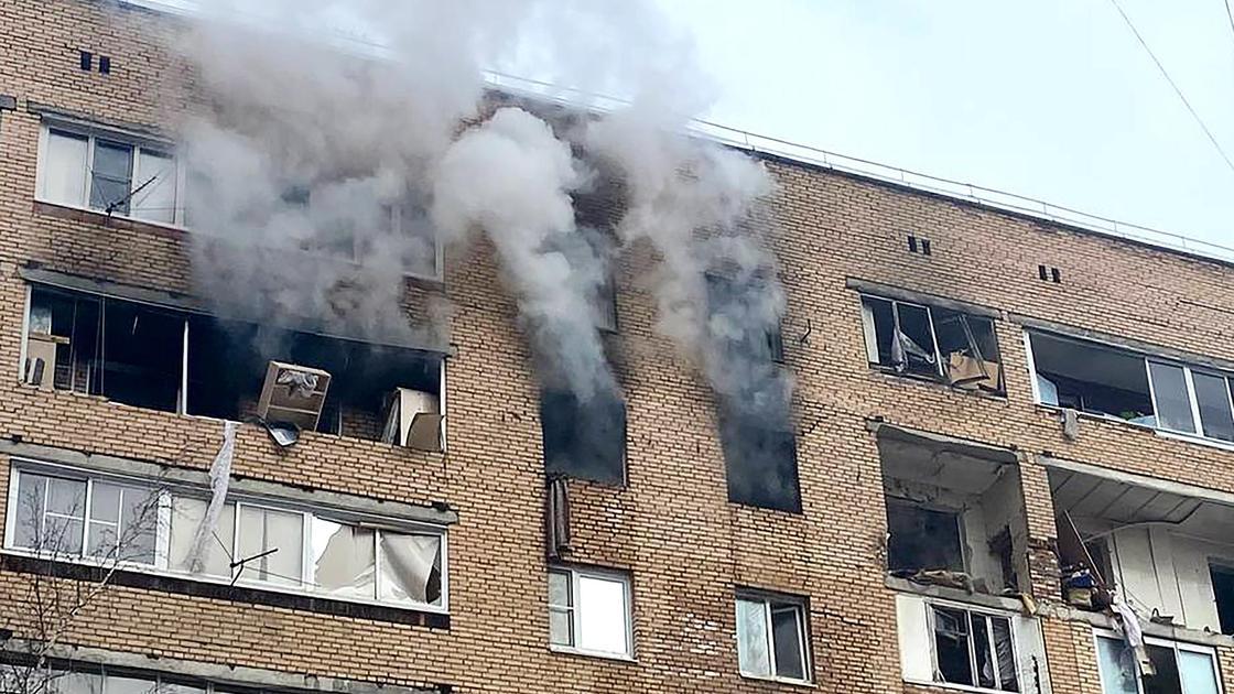 Дым из окон дома в Химках