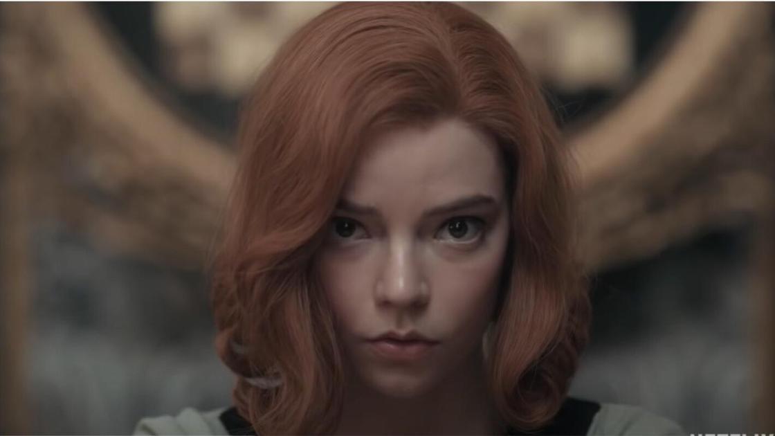 Рыжеволосая девушка смотрит в камеру
