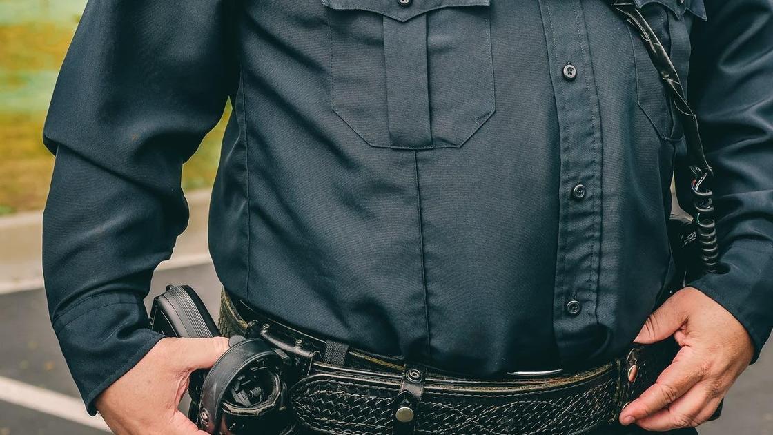 Мужчина в форме с пистолетом
