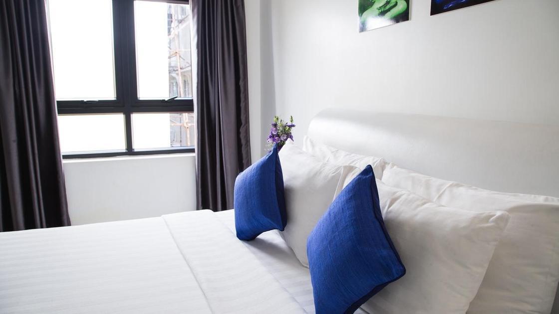 кровать на фоне окна