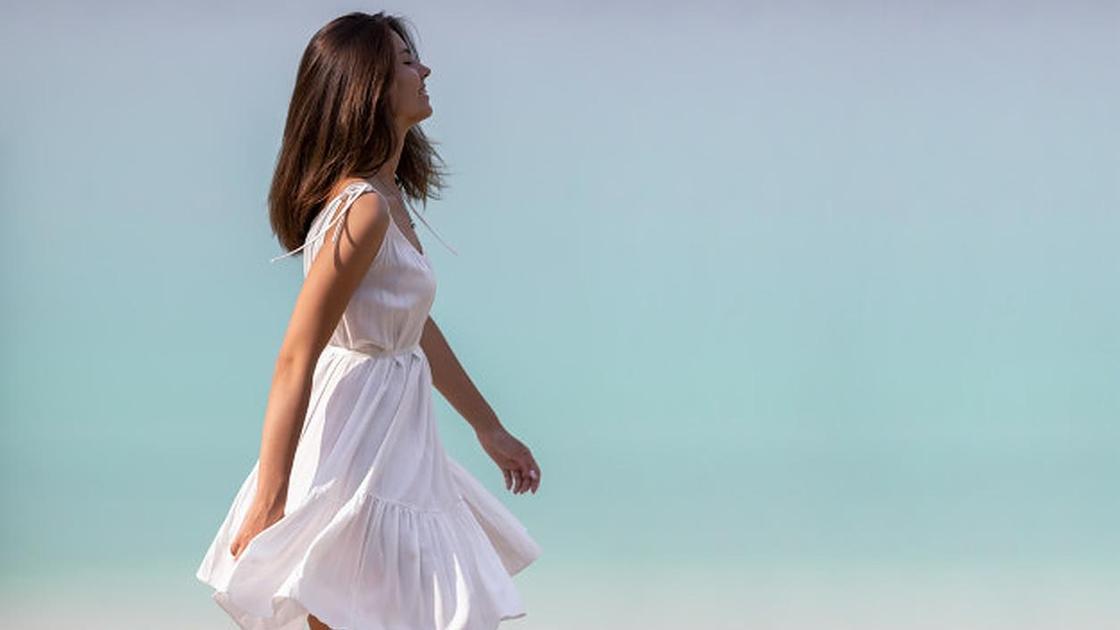 Девушка в белом платье на голубом фоне