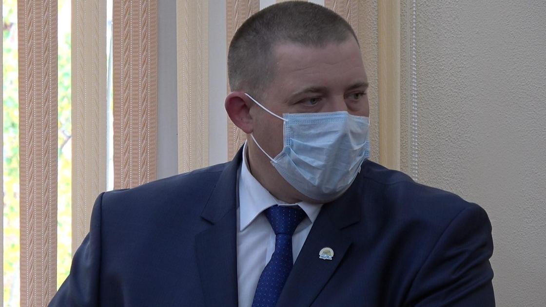 Дмитрий Горьковой стоит за трибуной