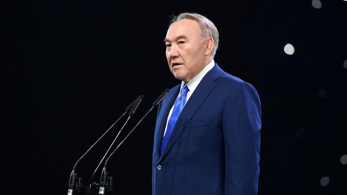 Нурсултан Назарбаев говорит в микрофон