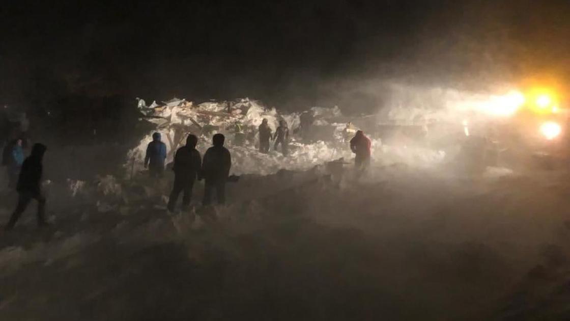 Сход лавины в горах города Норильск