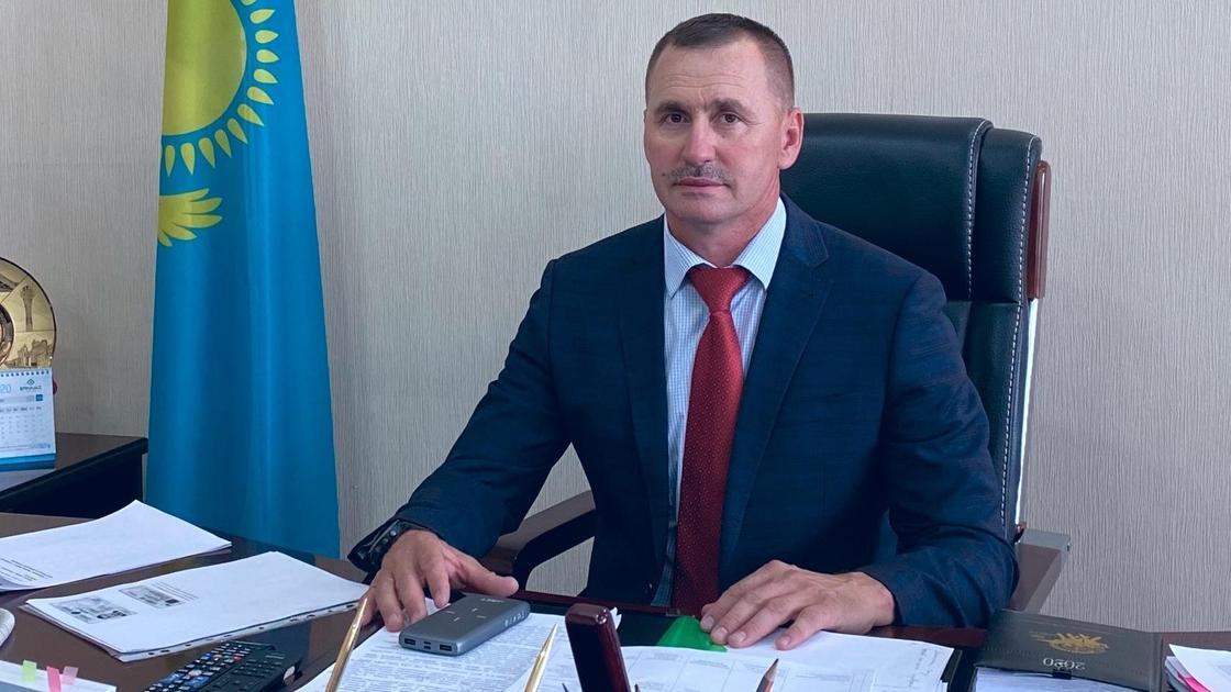 Олег Почивалов сидит за рабочим столом