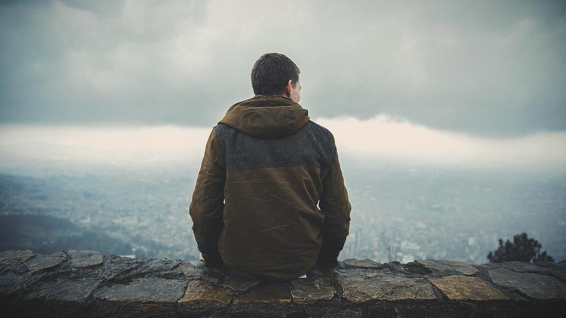 Матвей смотрит на город